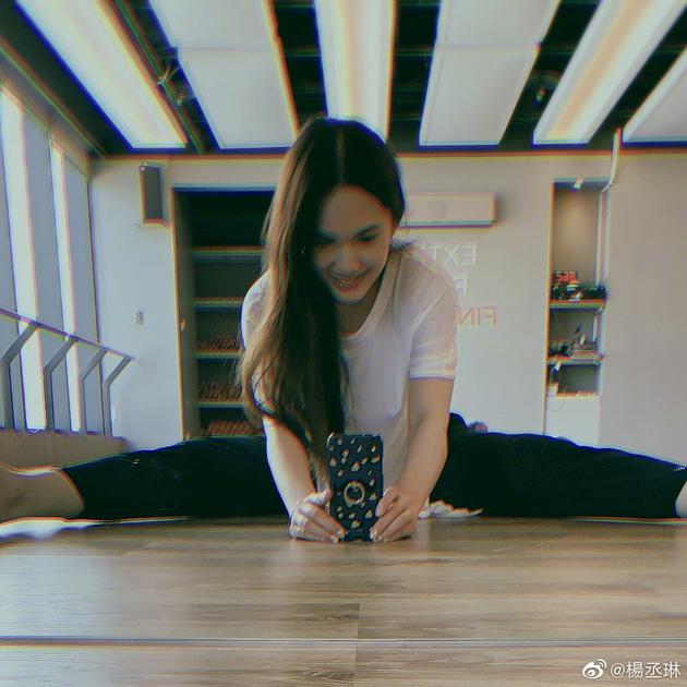 杨丞琳否认怀孕 还晒出一张一字马的照片
