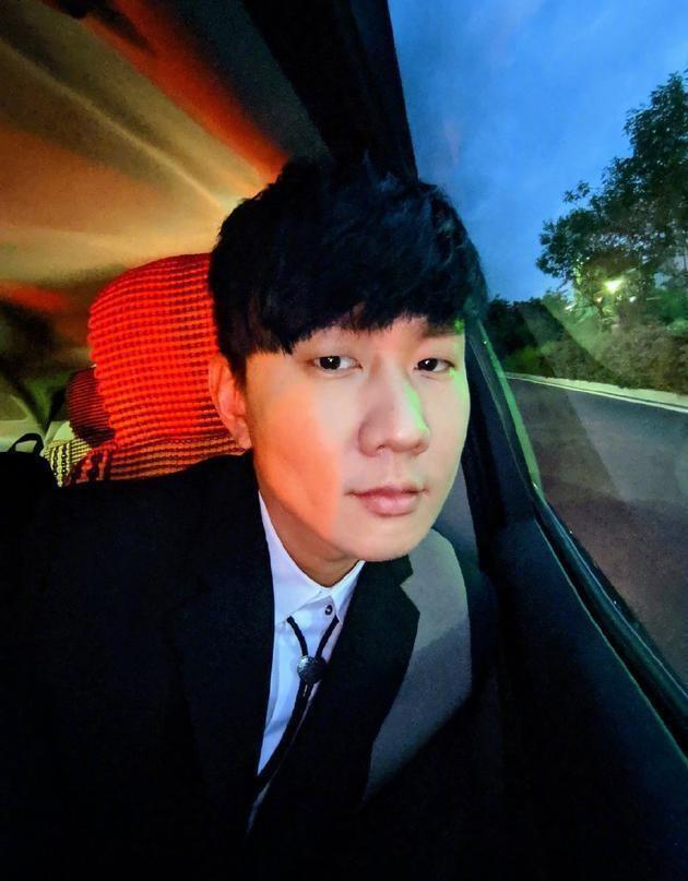 林俊杰晒自拍打榜 超级宠粉!