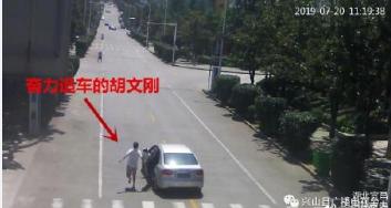 残疾的哥截停失控车 当地民警正在为其申请见义勇为