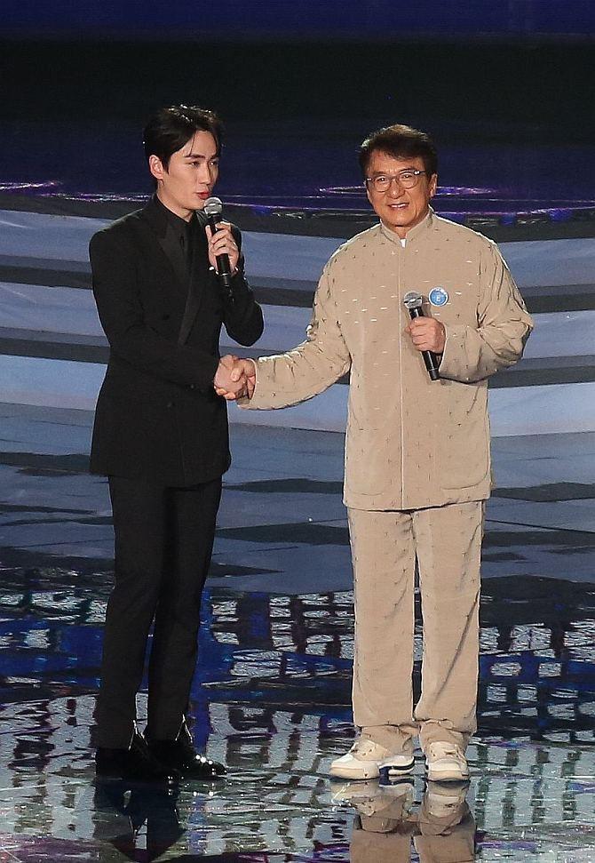 林俊杰拥抱成龙 朱一龙见偶像害羞不敢看