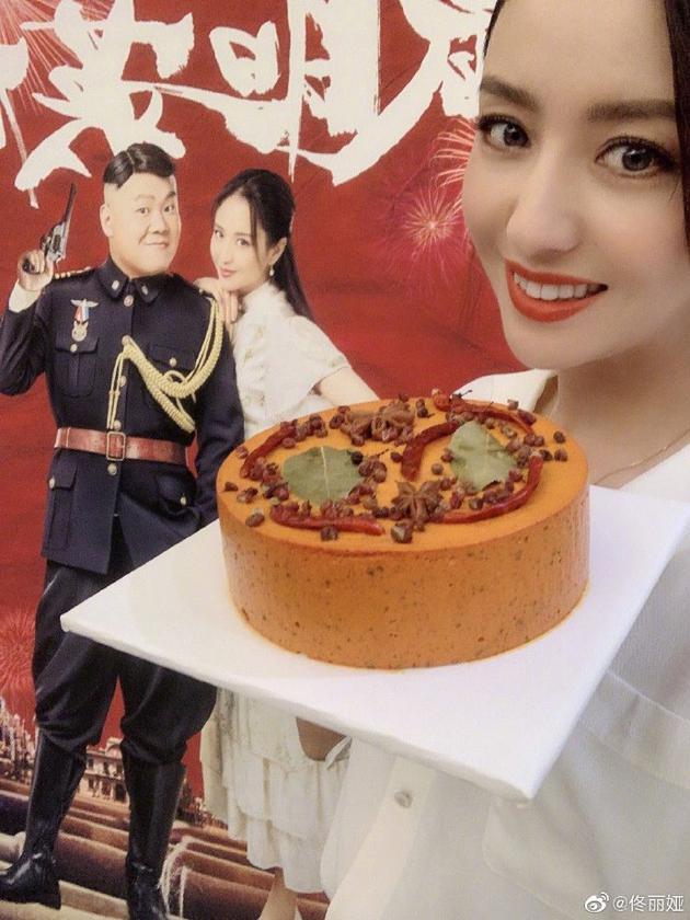 佟丽娅晒火锅蛋糕 蛋糕表面点缀着辣椒与香料