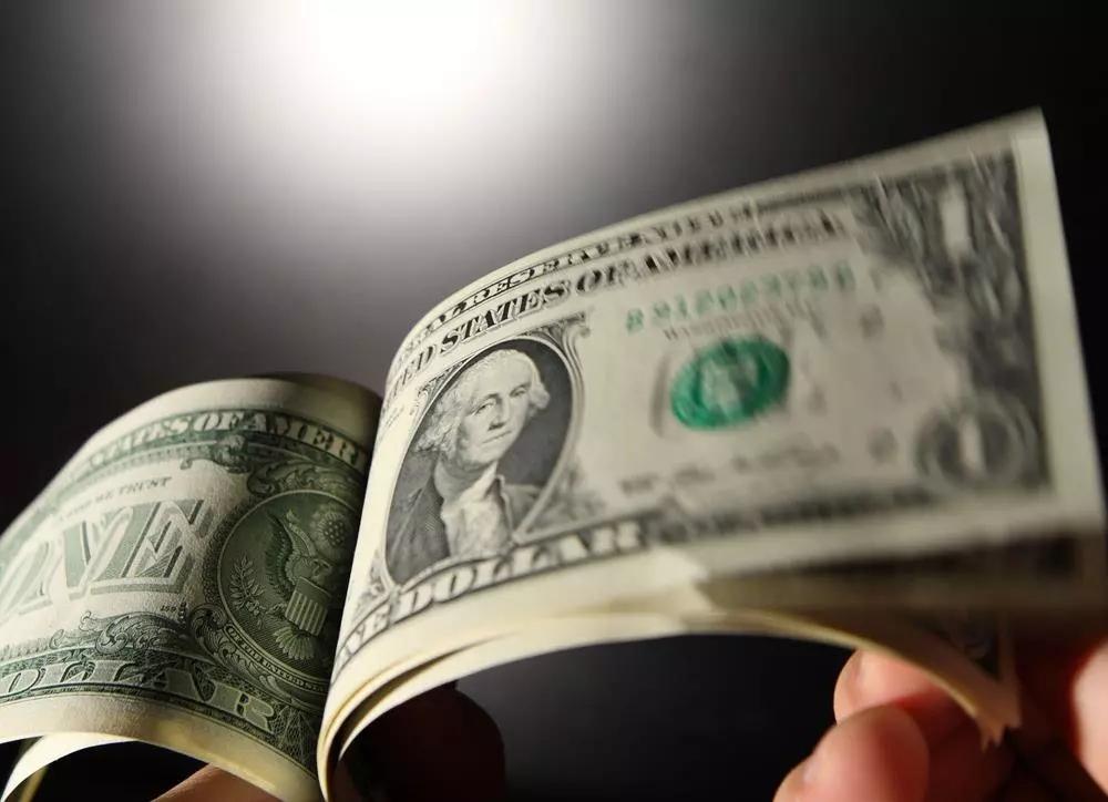 """英镑兑美元恐将跌到平价 """"鲍里斯式脱欧""""恐令英镑父亲跌20%"""
