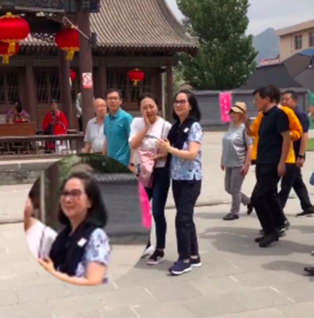 成龙妻子林凤娇现身大同 在人群中相当亮眼