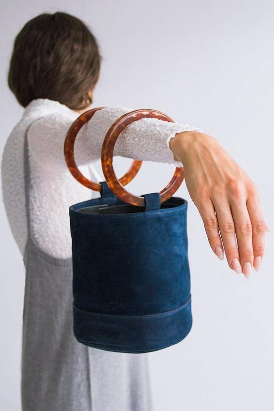迷你包挽在手腕上最时髦!