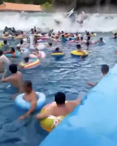 吉林一水上乐园突发巨浪 造成44人受伤