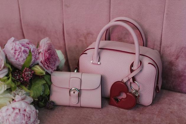 Delvaux推出致敬爱情的七夕限量版包袋