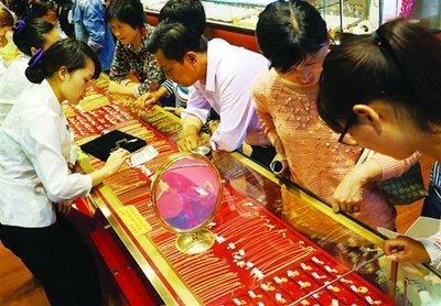 国内黄金饰品价格多次上调也低档不住消费者的购买热情