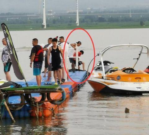陈羽凡带娃骑摩托艇 两人在码头嬉戏