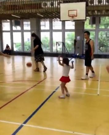 周杰伦带女儿打篮球 称女儿对自己的防守感到满意