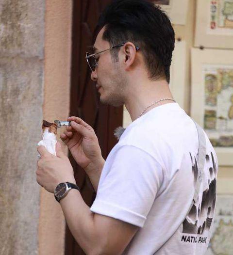 黄晓明吃雪糕用勺 莫名戳中萌点