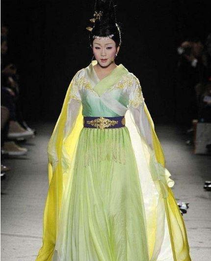39岁的李玉刚惊艳巴黎时装周