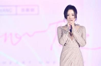 周六福品牌形象代言人张靓颖亮相2019时尚峰会