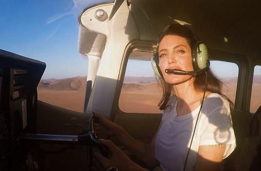 这些外国明星有自己的私人飞机 并没有炫耀反而还参与了自然灾害人道主义救援