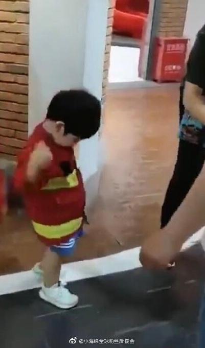 小海绵学黄晓明扮消防员 真的是超级可爱啊