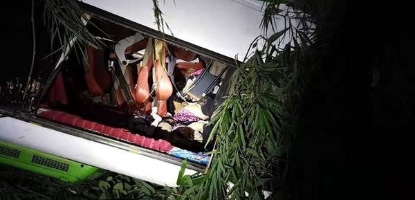 老挝发生车祸 经老方连夜搜救确认有13人遇难