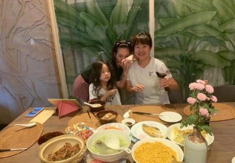 小S聚餐亲自下厨 成品让孩子们欢呼