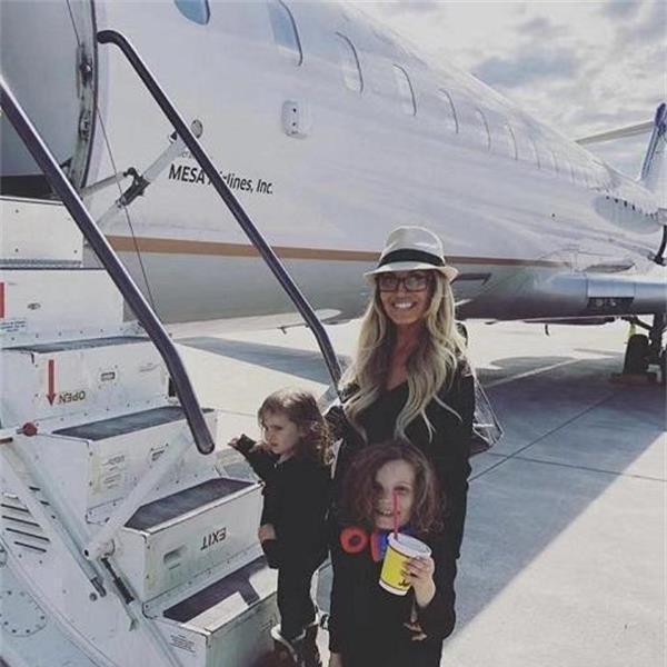 当年的WWE最美女神 如今乘私人飞机豪宅遍地