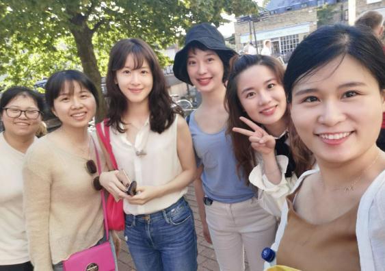 网友英国偶遇章泽天 并对奶茶妹妹路转颜粉