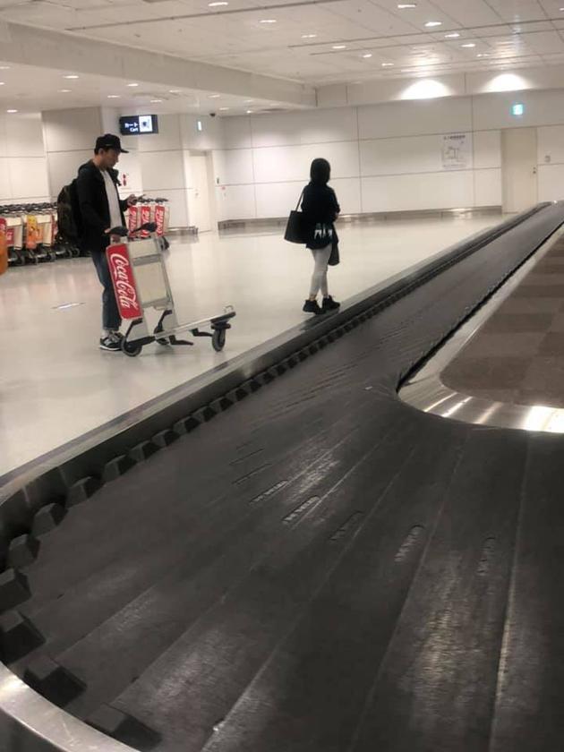 张震带妻女旅行 主动搬行李化身超级暖男