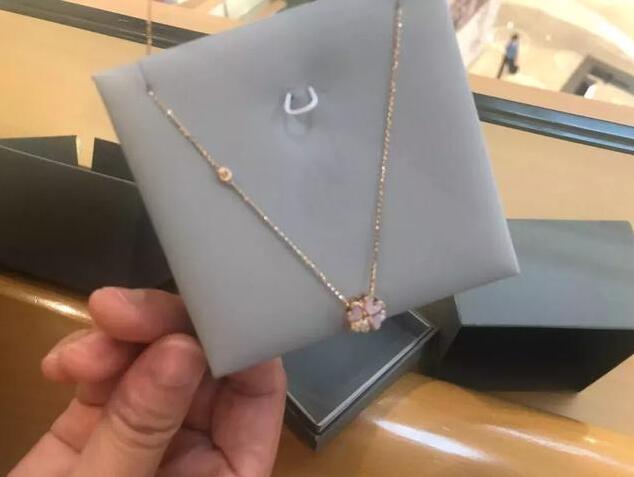 女子花1万2买的珠宝首饰 鉴定书上却写着是贝壳制品