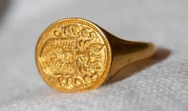 英国一女子发现一枚17世纪的金戒指 估价8.6万元人民币