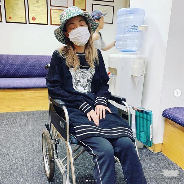 容祖儿晒轮椅憔悴照 因膝盖水肿无法站立