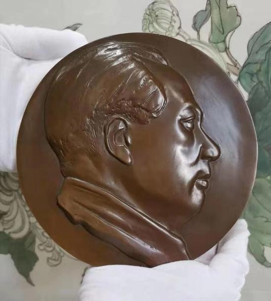 """毛主席像章被誉为""""世界第九大奇观"""""""