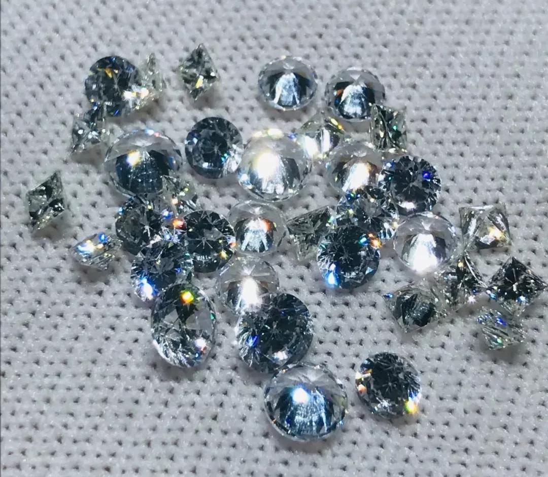 珠宝师将珠宝当垃圾丢掉 真是有钱任性!