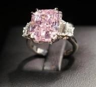 10.64克拉的紫粉红色钻石戒指将进行拍卖
