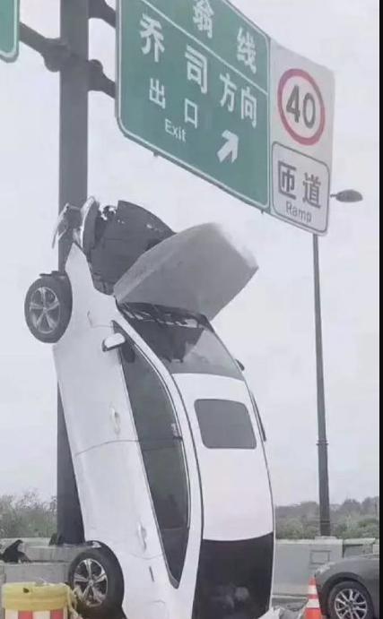 女子将车开上标志杆 未发现酒驾毒驾嫌疑