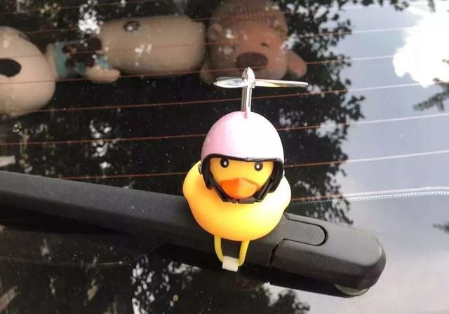 汽车装小黄鸭违法 快快将它拿下