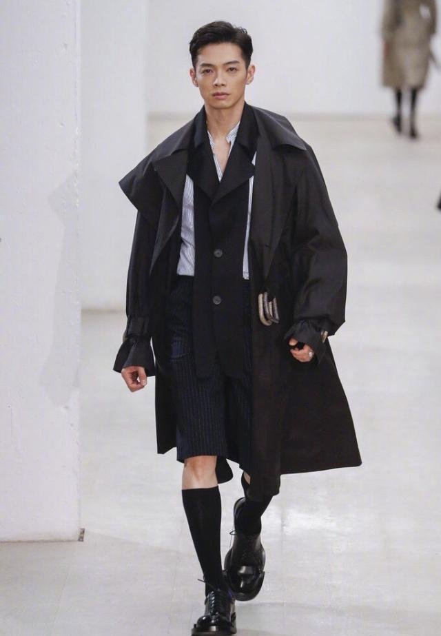 38岁辰亦儒亮相时装周 颜值在当下依旧碾压很多流量小生