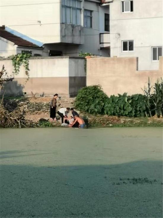 老人勇救落水老太 腿受伤仍毫不犹豫下水