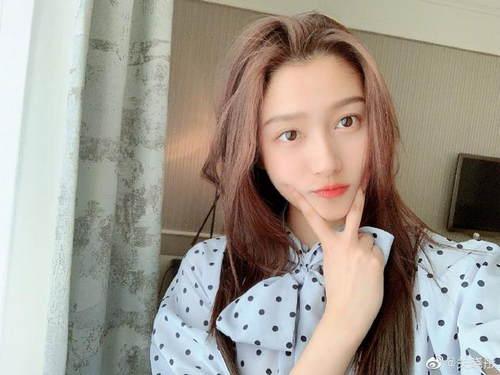 关晓彤庆22岁生日 穿蓝色雪纺上衣甜美