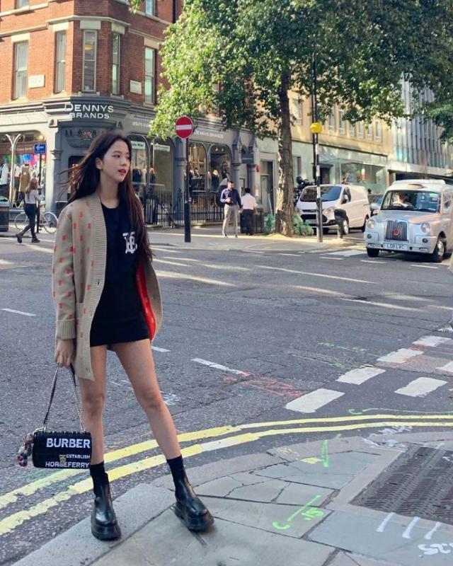 金智秀伦敦街拍 韩国妹子的穿衣打扮实在让人羡慕