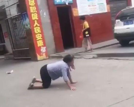 老人街头爬行学狗叫 专家对这种行为做出了解释