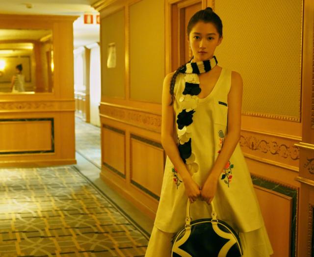 关晓彤亮相米兰时装周首秀 造型遭到了网友的吐槽 你觉得呢?