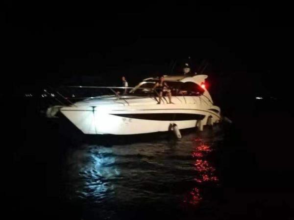 一艘游艇从大亚湾辣甲岛返航惠东金融街游艇会途中螺旋桨被渔网缠绕 失去动力 船上5人遇险