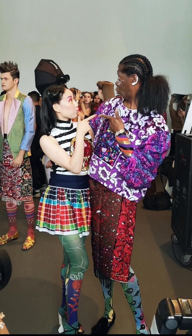 演员高晶亮相纽约时装周 一套紫色系横纹拼接装甚是亮眼