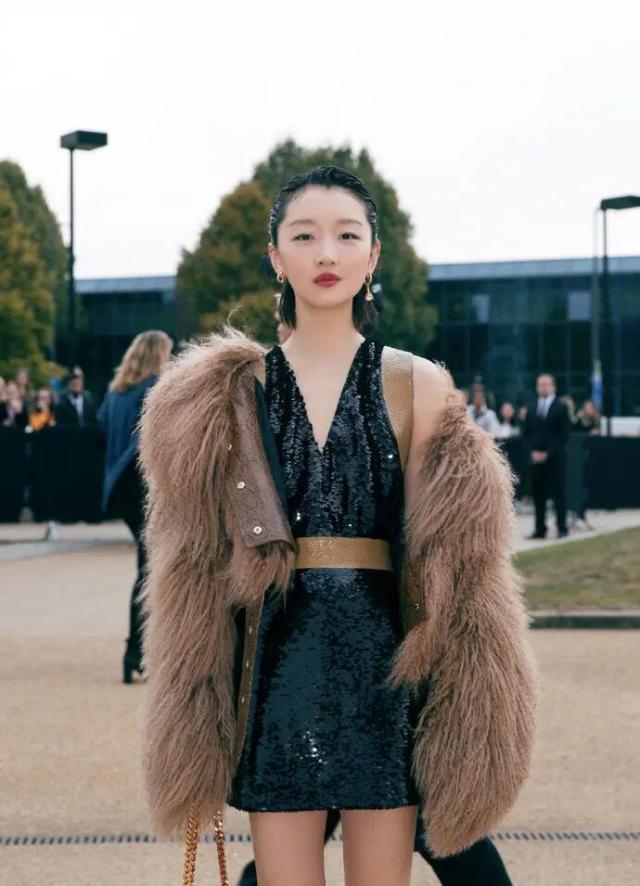 周冬雨穿皮草现身伦敦时装周时髦 小个子的女生如何穿出气场看她就知道了