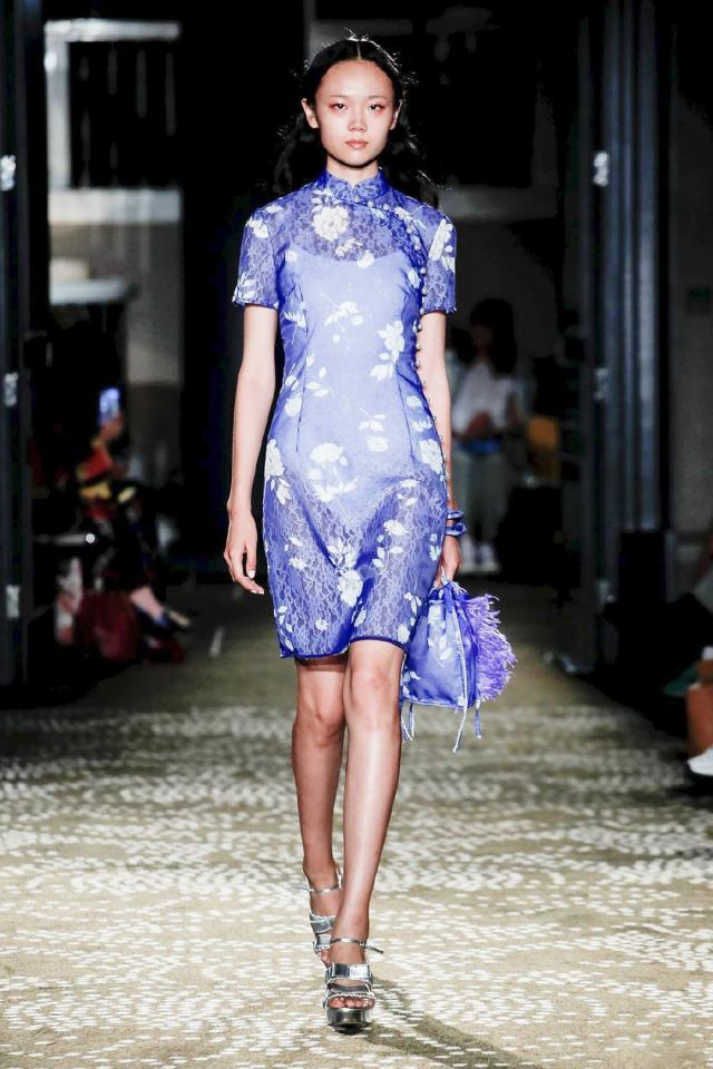 """""""华人设计师""""张卉山 将旗袍带到伦敦时装周"""