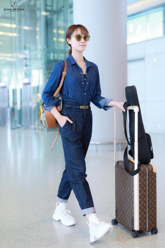 蓝盈莹机场街拍 穿搭风格飒气十足