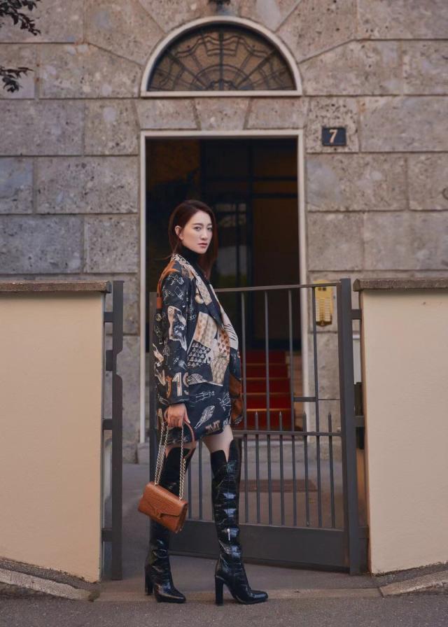 李小冉受邀出席米兰时装周看秀 一身气质型穿搭造型又让人大开眼界了