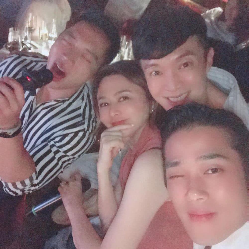关之琳提前庆生 被三名帅哥包围一脸享受