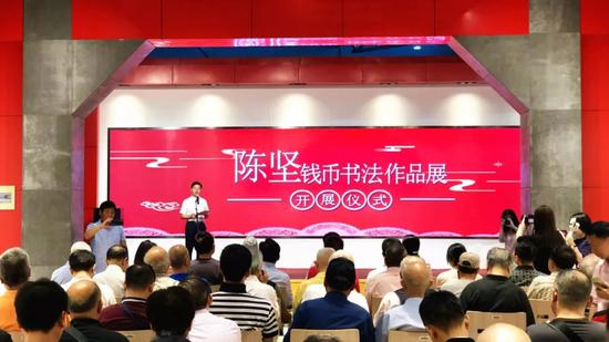 中国熊猫金币之父陈坚向绍兴市政府捐赠作品240余件