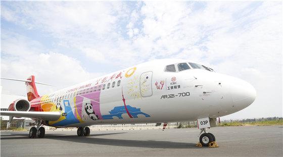 """为新中国成立70周年献礼 一架""""中国梦""""涂装的ARJ21飞机降落在成都双流国际机场"""
