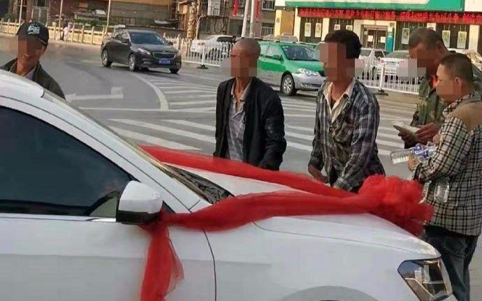 多名男子逼停婚车讨喜钱 这些人已被处拘留5日