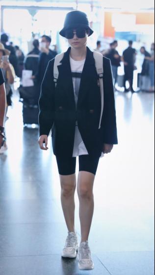 """李宇春入镜机场街拍 轻松诠释了""""随便穿穿就很时髦""""的感觉"""