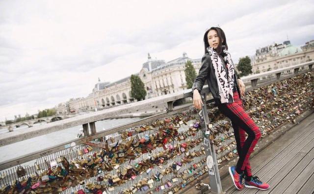 莫文蔚晒巴黎街拍 还宛如20岁少女一般