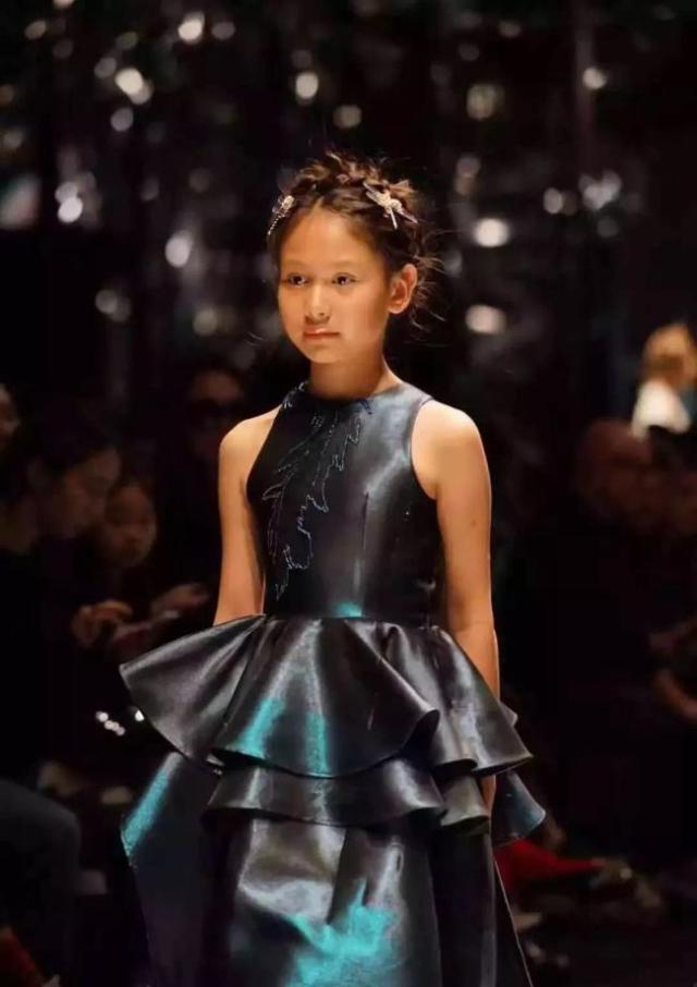 中国女孩儿周诗语展示东方之美 惊艳伦敦少儿时装周